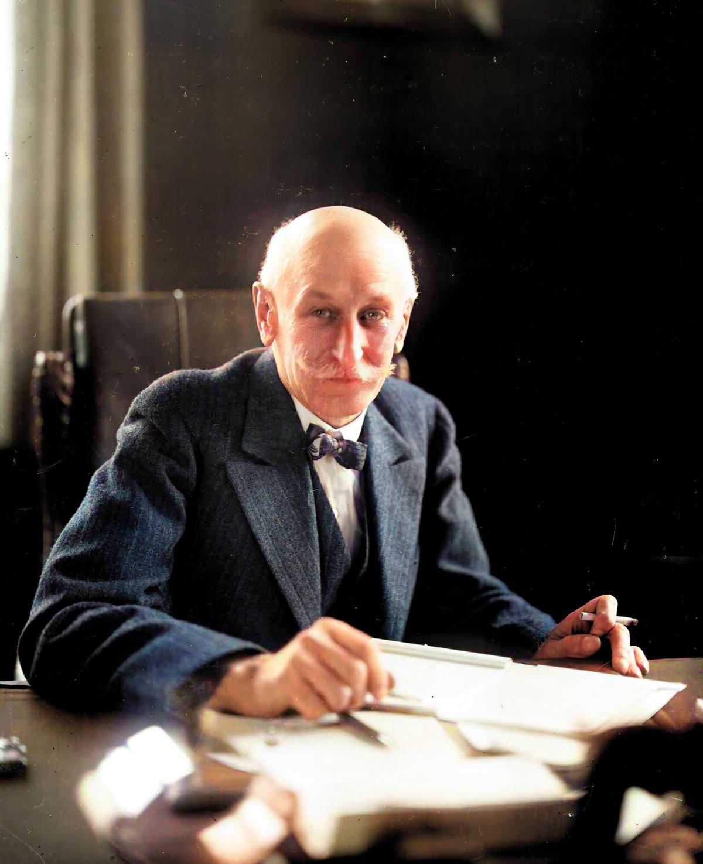 Inżynier Stefan Skrzywan za swoim biurkiem - 1926 rok - wersja kolorowa zdjęcia